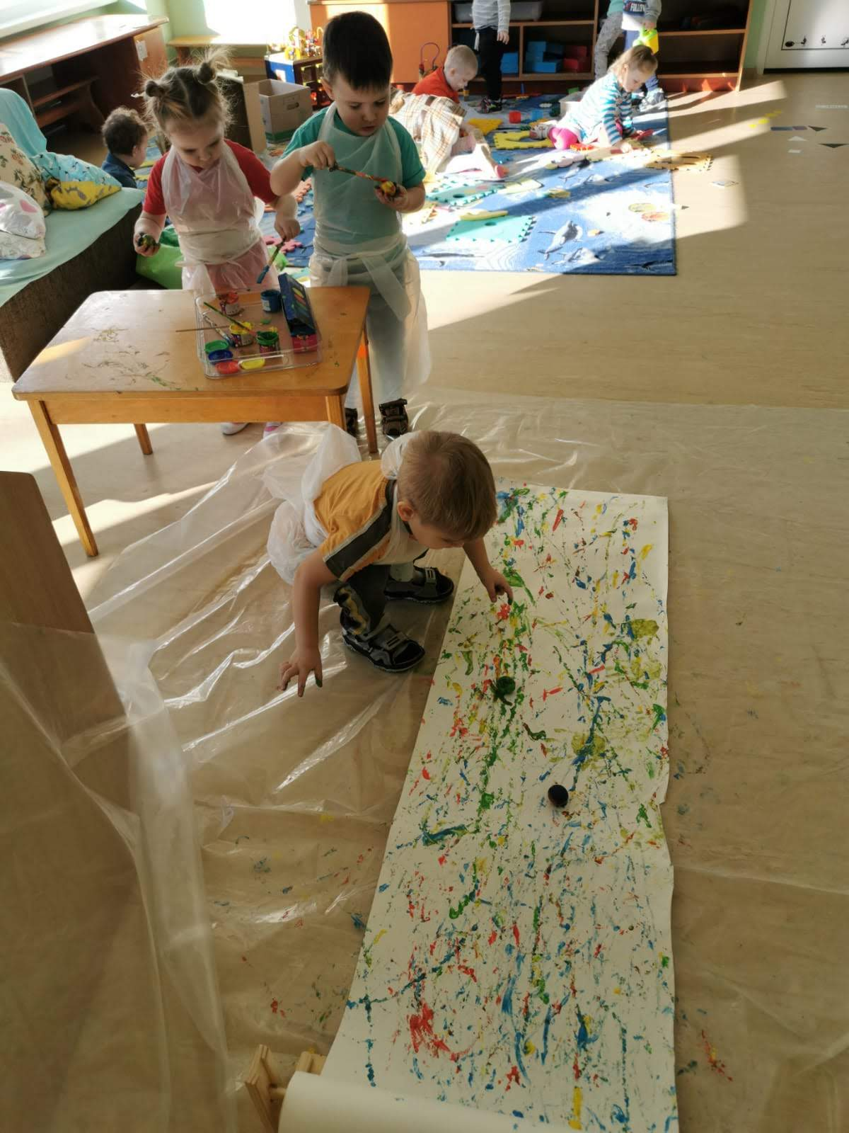 Dzīvespriecīgs bērns radošajā vidē